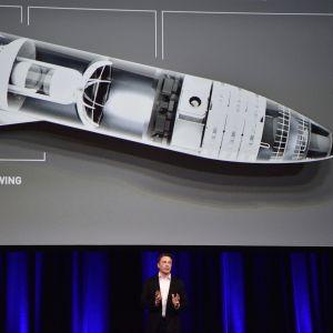 Elon Musk puhuu avaruustutkimuskokouksessa.