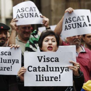 """Kansalaiset osoittivat mieltään itsenäisen Katalonian puolesta Pamplonassa """"eläköön vapaa Katalonia"""" -kylttien kanssa."""