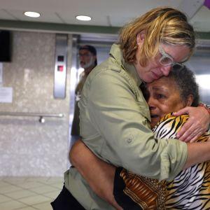 Puerto Ricon pääkaupungin pormestari Carmen Yulin Cruz halasi hirmumyrskystä selvinnyttä vanhusta