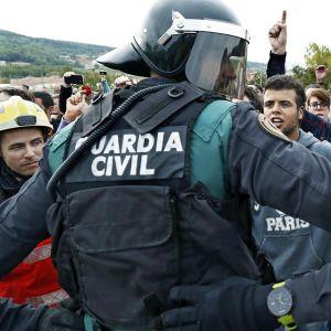 Poliisi ja katalonialaiaset äänestäjät