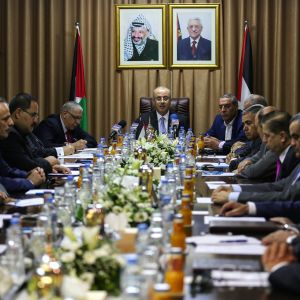 Pääministeri Rami Hamdallah johtaa palestiinalaishallituksen kokousta 3.10.2017 Gazassa.