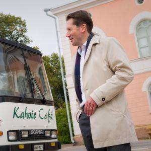 Loviisan kunnanjohtaja Jan D Oker-Blom ja paikallinen asukas  Loviisan torilla