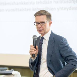 Timo Lankinen mikrofoni kädessä