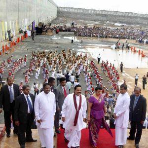 Sri Lankan presidentti Mahinda Rajapaksa (4.s vasemmalta) puolisoineen kuvattuna tuolloin uudella Hambantotan satama-alueella elokuussa 2010.