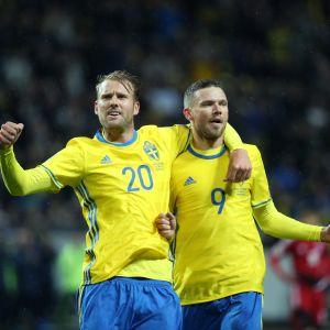 Ruotsin Ola Toivonen ja Marcus Berg juhlivat.