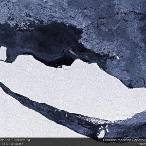 Alue jäätä on juuri irronnut suuremmasta alueesta ja railo on levenemässä.