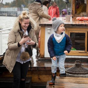 Iina-Sofia ja Eelis Väisänen Inga Lill -aluksen kannella.