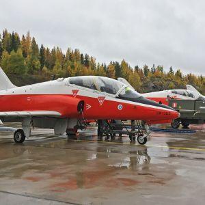 Hawk-hävittäjiä rivissä Tampere-Pirkkalan lentokentällä