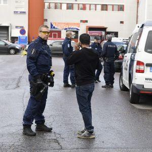 Poliiseja Sirrikujalla Kontulassa Helsingissä.
