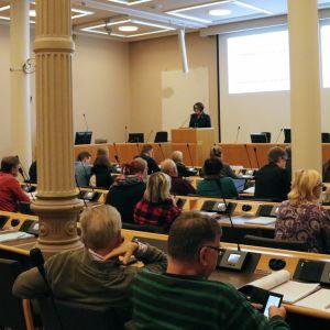 Oulun kaupunginjohtaja Päivi Laajala esittelee budjettia