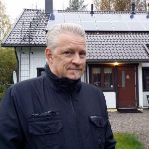 Riku Moilanen hankki kotinsa katolle aurinkopaneelit.