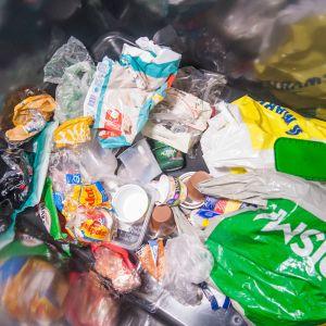 Muovipakkauksia keräysastiassa