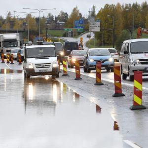Ruuhkaa ja tulvavettä Turun moottoritiellä keskiviikkona aamulla 11. lokakuuta