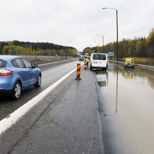 Ruuhkaa ja tulvavettä Turun moottoritiellä.