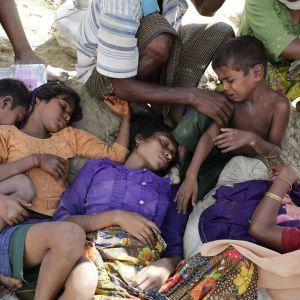 Nukkuvia rohingyapakolaisia.