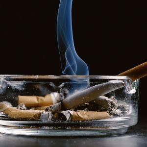 Savuke tupakka ja tuhkakuppi.