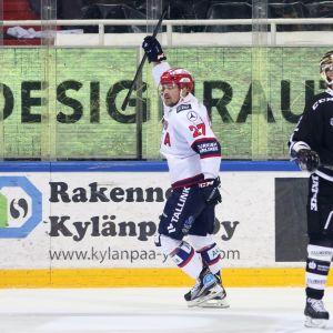 Juha-Pekka Haataja tuulettaa HIFK:n 3-1-maalia