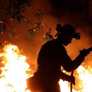 Palomies sammuttamassa maastopaloa Calistogassa, Kaliforniassa 12. lokakuuta.
