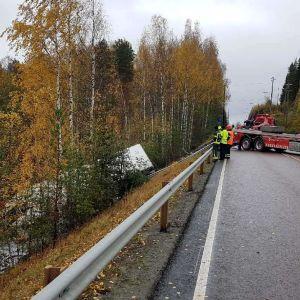 Tieltä suistuneen rekan nosto-operaatio käynnissä sunnuntai-aamupäivällä Joutsassa.
