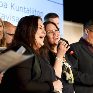 Kuoro laulaa maakuntavisassa Keskustan Helsingistä Tallinnaan ja takaisin suuntautuvalla presidentti- ja maakuntaristeilyllä