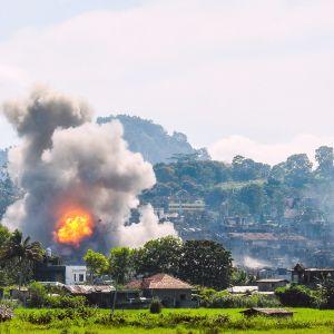 Filippiinien ilmavoimat pommittavat kohdetta Marawissa.