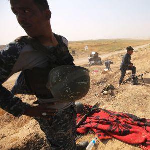 Irakin armeijan sotilaat tutkivat peshmerga-taistelijoiden paikkaa Kirkukin eteläpuolella