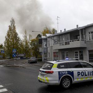 Poliisi eristi paloaluetta Helsingin Tapanilassa vanhassa tapettitehtaassa syttyneen palon takia 16. lokakuuta 2017.