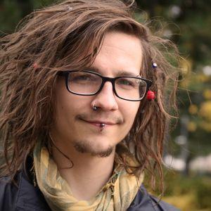 Joensuulainen Miska kertoo päihteiden täyttämästä elämästä Kynnyksiä -dokumentissa.
