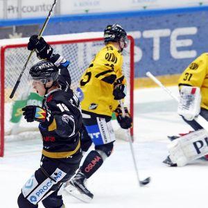 Rasmus Kupari juhlii kuvassa