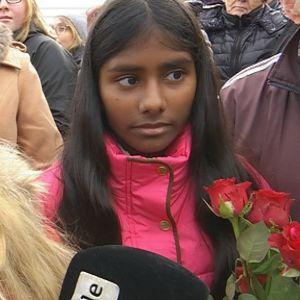 Tyttö haastattelussa.