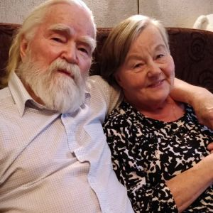 Antti ja Hilkka Kokko istuvat kotisohvalla.
