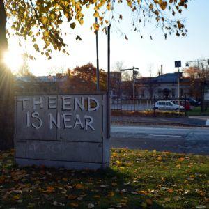 """""""The End is Near"""" -graffiti Korsholmanpuistikolla Vaasan Kasarmintorin kupeessa."""
