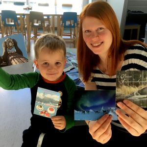 Leevi Pitkonen ja Minna Helle esitttelevät päiväkodin saamia kortteja.