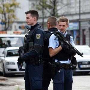 Saksalaiset poliisiviranomaiset vartioivat kadulla.