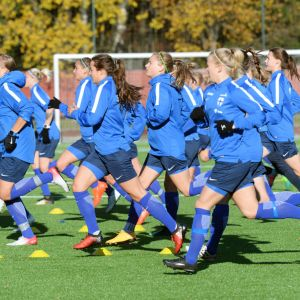 Suomen naisten jalkapallomaajoukkue harjoituksissa.