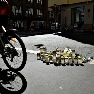 Muistokukkia ja -kynttilöitä Annankadulla Helsingissä torstaina 3. elokuuta 2017.