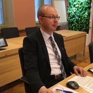 Kaupunginjohtaja Timo Koivisto työhuoneessaan.