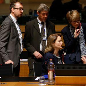 Saksan perheministeri Katarina Barley (kesk.) keskustelee kollegoidensa kanssa ministerineuvoston kokouksen aluksi.