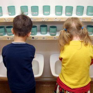 Lapset pesevät käsiään päiväkodissa