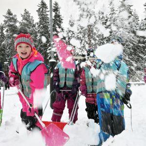 Paakarin päiväkodissa Vaasassa riemuittiin ensilumesta