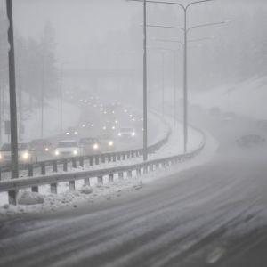 Autoja moottoritiellä huonoissa lumissa sääolosuhteissa.