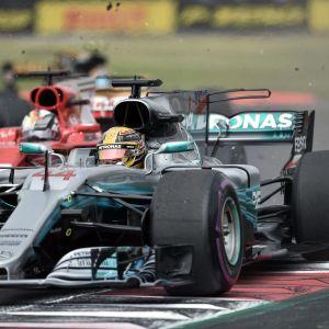 Lewis Hamilton ja Sebastian Vettel kamppailevat Formula ykkösten Meksikon osakilpailun ensimmäisissä mutkissa.