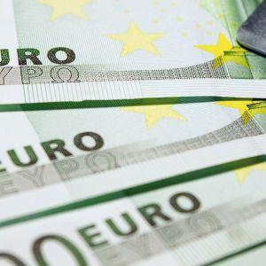 Sadan euron seteleitä ja luottokortti.