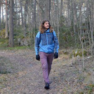 Vaasan ympäristöseuran puheenjohtaja Matti Tuomaala kävelee Vaasan Hovioikeudenmetsässä.