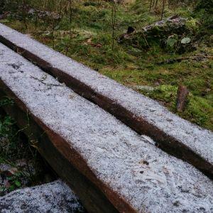 Uusia pitkospuita rakennetaan polun vaikeimmin kuljettaviin kohtiin.