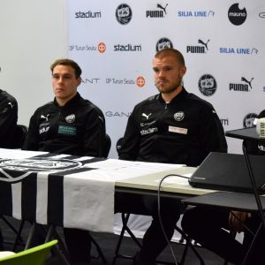 FC TPS:n pelaajia ja päävalmentaja tiedotustilaisuudessa.
