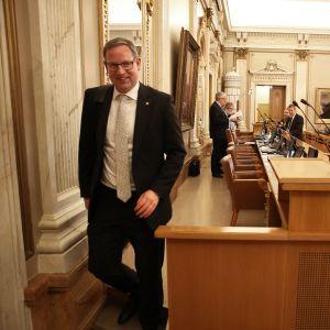 Turun väistyvä kaupunginjohtaja Aleksi Randell Turun valtuustosalissa.