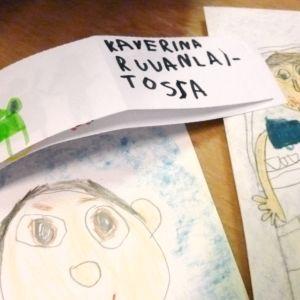 Lapsen tekemiä isänpäivän piirroksia.