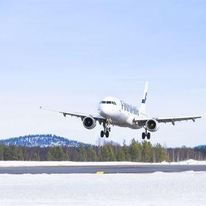 Finnairin kone laskeutumassa Ivalon kentälle.