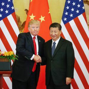 Xi Jinping ja Donald Trump tiedotustilaisuudessa Pekingissä torstaina.